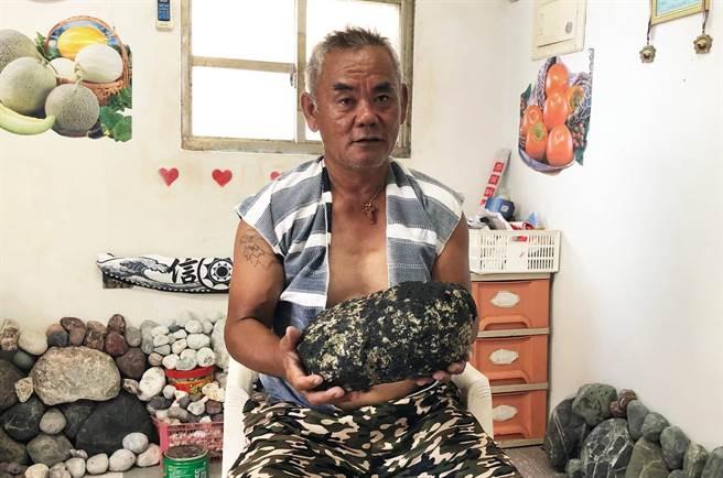 蘭嶼達悟族人李宇真去年撿到龍涎香後首度在媒體曝光,希望珍寶可賣到好價錢。(李宇真提供)