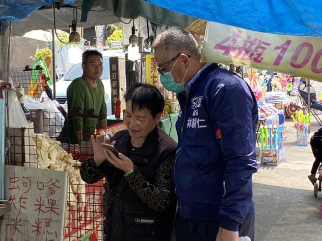 林耕仁走訪基層、市場,與民眾如同家人,親切的個性在新竹地方被取上「大仁哥」的綽號。(圖:擷取自林耕仁臉書)