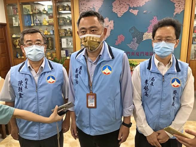 台灣疫情持續升溫,金門縣長楊鎮浯今天宣布全島進入超前中央的「準3級」防疫部署,明起全面稽查落實防疫工作。(李金生攝)