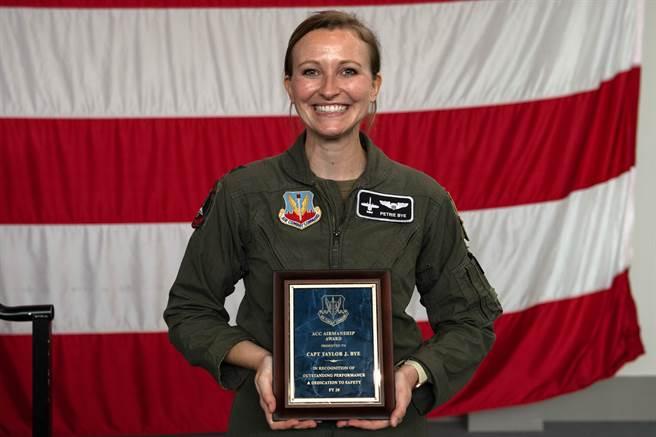 泰勒在該事件中表現出的「出色飛行技術和決策過程」,讓美國空軍決定頒給她「空軍作戰司令部航空技術獎」。(圖/DVIDS)