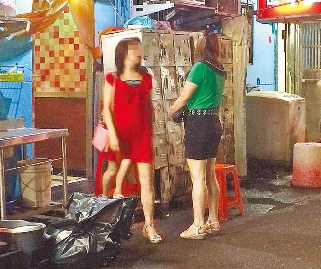中央流行疫情指揮中心12日公布國內新增16例本土病例,其中有兩例在台北市萬華區的茶藝館工作。示意圖非當事人。(本報資料照)