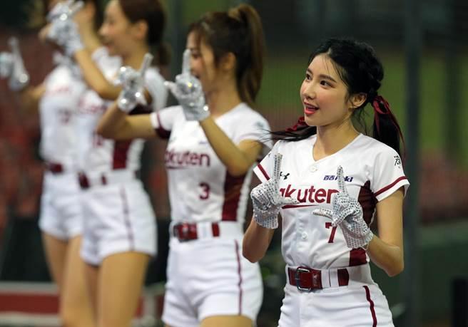 樂天啦啦隊副隊長筠熹表示,雖然現場沒有球迷少了點熱情的互動,但可以透過手機直播,即時與球迷線上應援。(陳麒全攝)