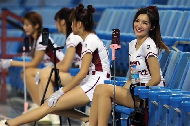 Facebook   Messenger   Line   Weibo   Twitter   Telegram   複製連結 中職不開放觀眾進場,雖然沒有球迷,樂天女孩們也是熱舞應援,並透過手機直播,與線上球迷互動。(陳麒全攝) 中職不開放觀眾進場,雖然沒有球迷,樂天女孩們也是熱舞應援,並透過手機直播,與線上球迷互動。(陳麒全攝)