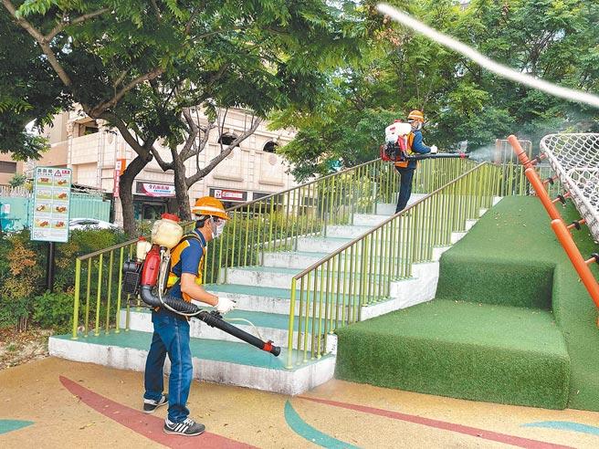 案1203足跡遍布新北市新莊、蘆洲等地,工作人員11日在蘆洲區柳堤公園內消毒。(葉書宏攝)