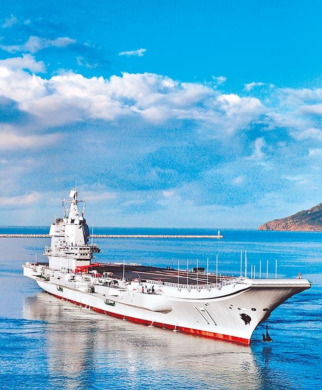 大陸山東號航空母艦於4月28日離開海南三亞海軍基地港口進入南海展開例行訓練。(摘自解放軍畫報)