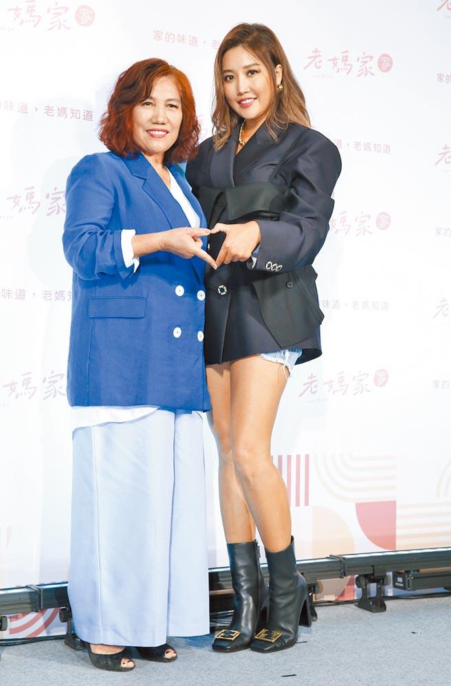 A-Lin(右)昨帶媽媽一起出席代言記者會。(陳俊吉攝)