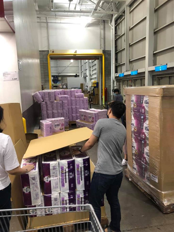 衛生紙被狂掃,工作人員補貨補到滿頭大汗。(圖/Costco好市多 商品經驗老實說)
