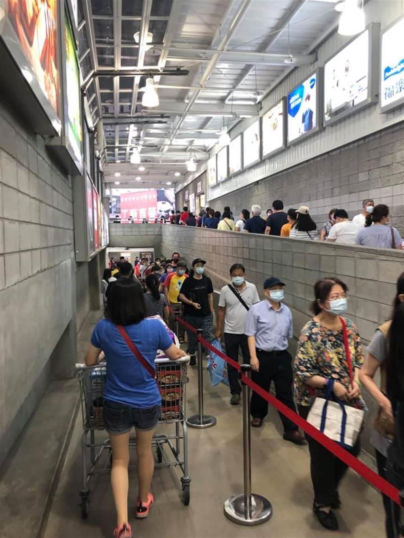 排隊入場的民眾一個接一個,整條動線全被塞滿。(圖/Costco好市多 商品經驗老實說)