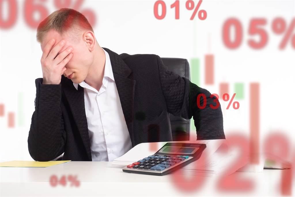 台股連日崩盤,許多散戶出現鉅額虧損,財經專家發勸世文提醒散戶。(圖/shutterstock)