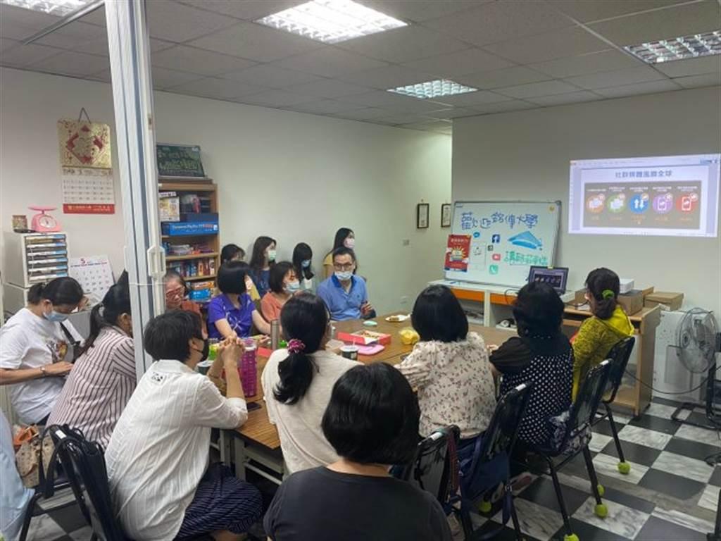 講師莊東燐為新住民講解網路行銷入門課程。(圖/銘傳大學提供)