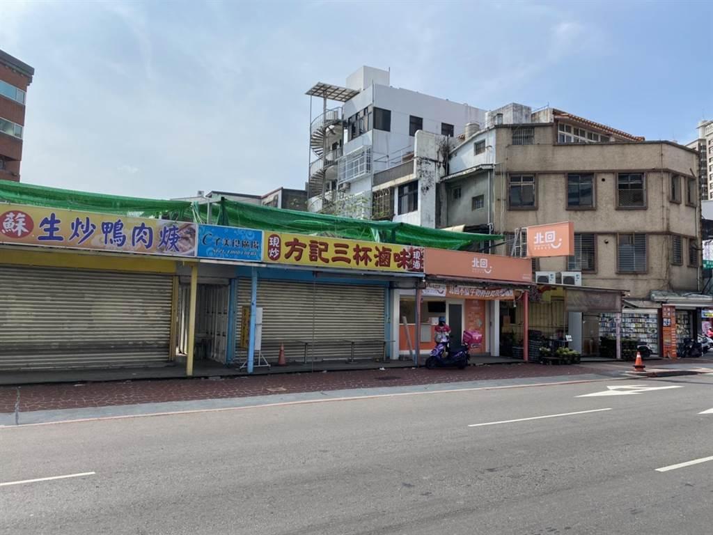 桃園市蘆竹區方記滷味店被爆出曾有個案來過,附近店家表示無奈,這幾天都沒看到有人來消毒。(姜霏攝)