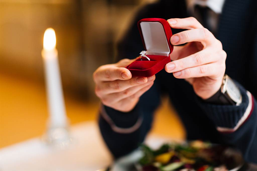 男子花56萬買鑽戒求婚,然而女友一看到不是「天然鑽石」,竟立刻翻臉走人。(示意圖/達志影像)