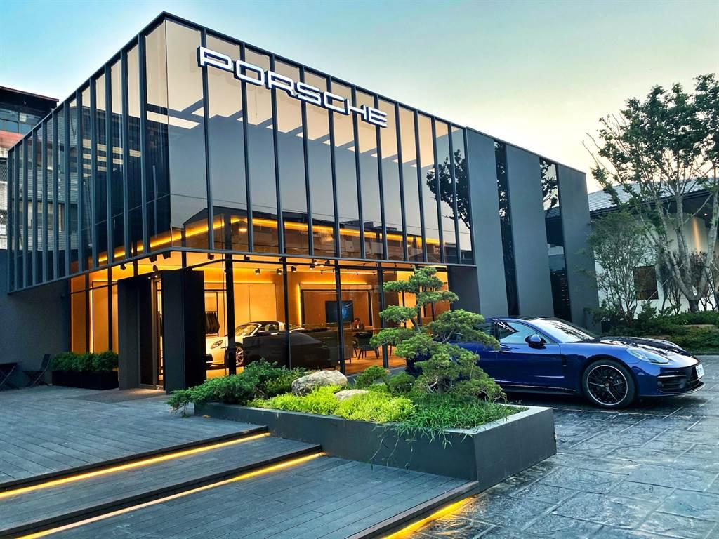 尚騰汽車集團今年特別與將文創設計美學完美融合建案、並融合在地產業,闖出名號的「勝聯開發」團隊合作,將全台第一座 「獨立概念店 Porsche NOW Tainan」,完美融入台南首座臺灣蔦屋選書高端住宅建案-西門大院。