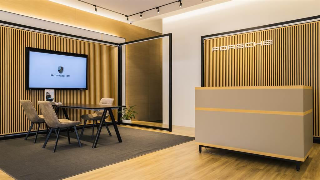 內部空間規劃則大量採用暖色調的木質建材,加上無落柱設計賦予內部賞車環境更加通透明亮且輕鬆自在,讓賞車顧客都能感受到整體環境的細膩質感和溫潤感。