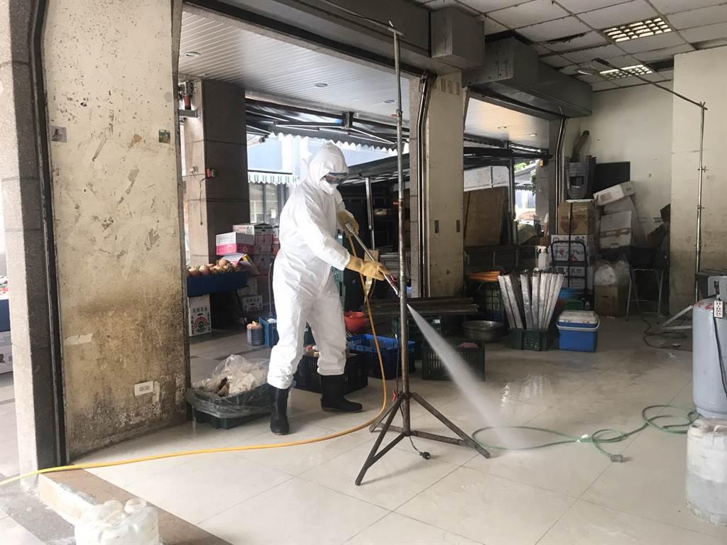 基隆有一名年約50歲婦人確診曾去過信義市場,基隆市政府於13日下午緊急消毒。(圖/陳彩玲攝)