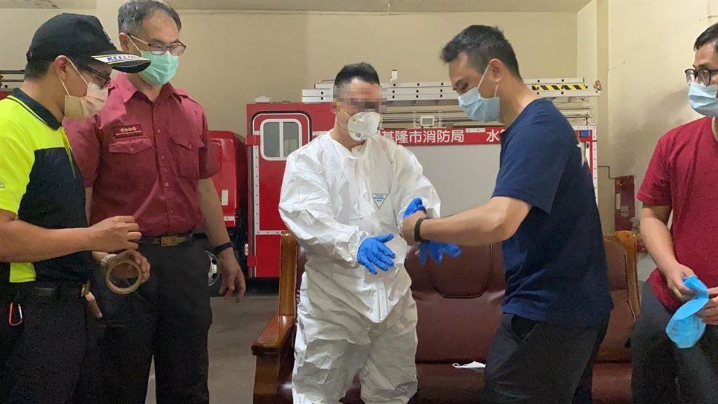 年約60歲男子確診,由消防人員送往醫院。(陳彩玲攝)