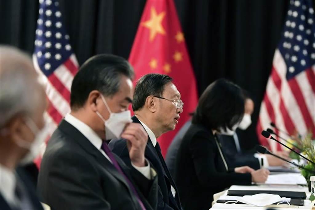 楊潔篪用強硬的口吻回擊美國對新疆政策的質疑,並反譏美國人權問題,還駁斥美國沒資格向大陸說三道四。(圖/路透社)