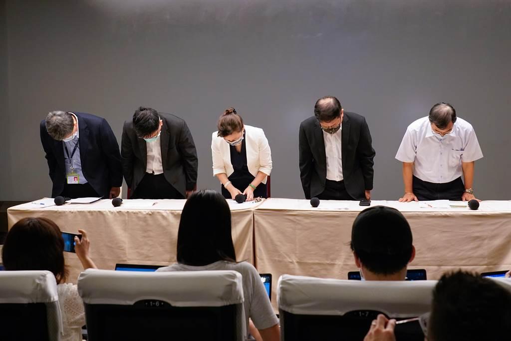 對於興達電廠跳機引發的513大停電,經濟部長王美花(中)今率同台電董事長楊偉甫(右2)等主管向社會大眾鞠躬道歉。(圖:王玉樹攝)