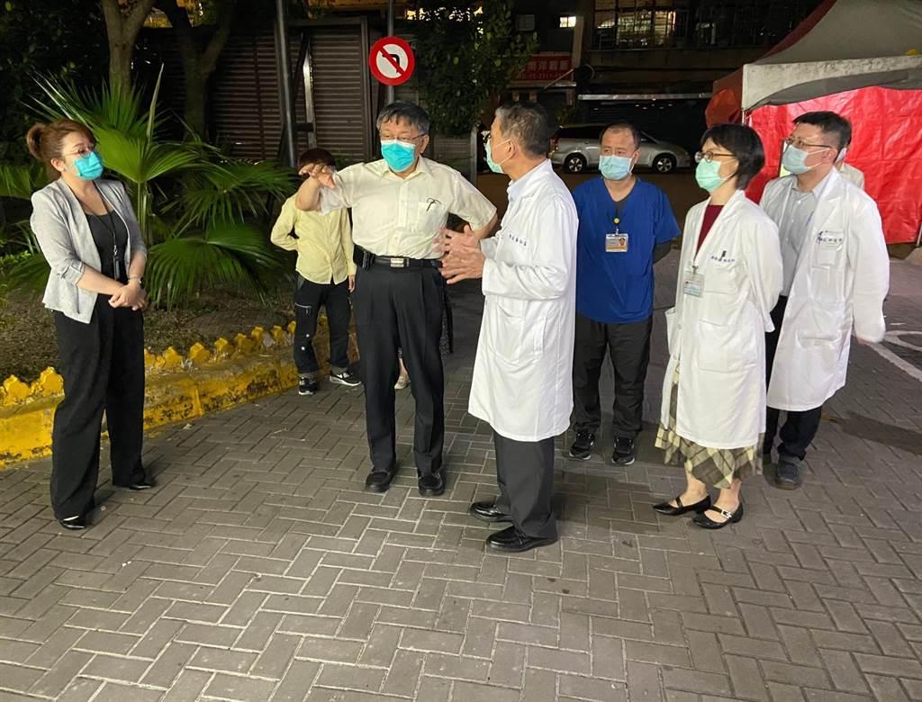 台北市長柯文哲急赴和平醫院視察。(北市府提供)