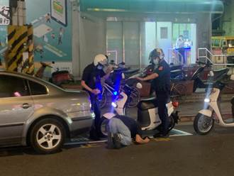 士林夜市旁轎車違停撞警車  駕駛2度「土下座」磕頭道歉
