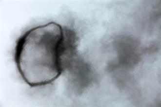 外星人傳送門?詭異黑圈漂浮空中女嚇傻 內行揭真相