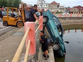 金門小客車衝落風水池  90度插池旁駕駛幸無恙