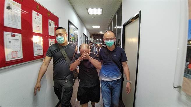 警方昨晚逮捕潘嫌(中),押回警局漏夜偵訊。(胡欣男攝)