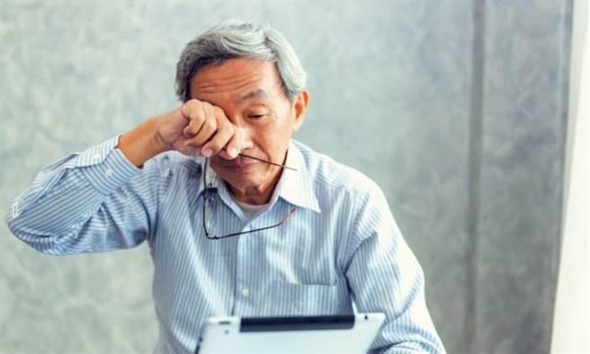 歷時25年研究指出,中年人若是長期睡不飽,晚年恐失智。(示意圖/Shutterstock)