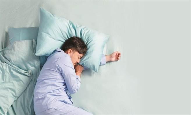 研究結果發現,睡眠時間少於4小時或超過10小時的人,類澱粉蛋白沉積較多,容易罹患失智症。(示意圖/康健雜誌提供)