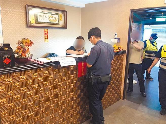 警方急派人員轄內阿公店查訪店家,並要求進行實名制。(陳鴻偉攝)
