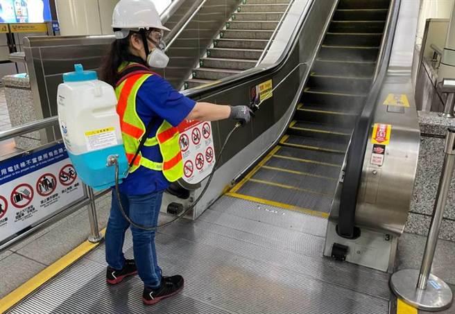 台北市出現感染源不明個案,捷運等場所緊急消毒。(資料照)