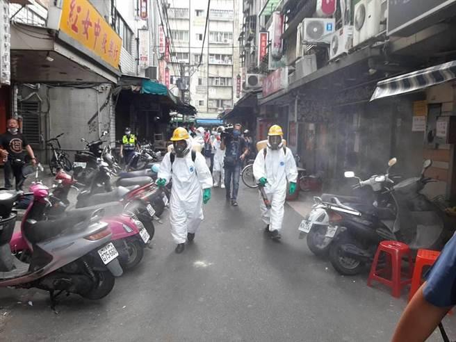 萬華阿公店驚傳2名女子確診新冠肺炎,環保局趕赴萬華區阿公店林立處消毒。(資料照/張薷攝)