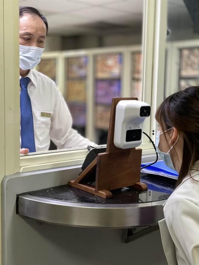 提高防疫層級,礁溪長榮鳳凰酒店除實施實聯制,並增設AI智慧測溫儀監測員工健康狀況。(圖/礁溪長榮鳳凰酒店)