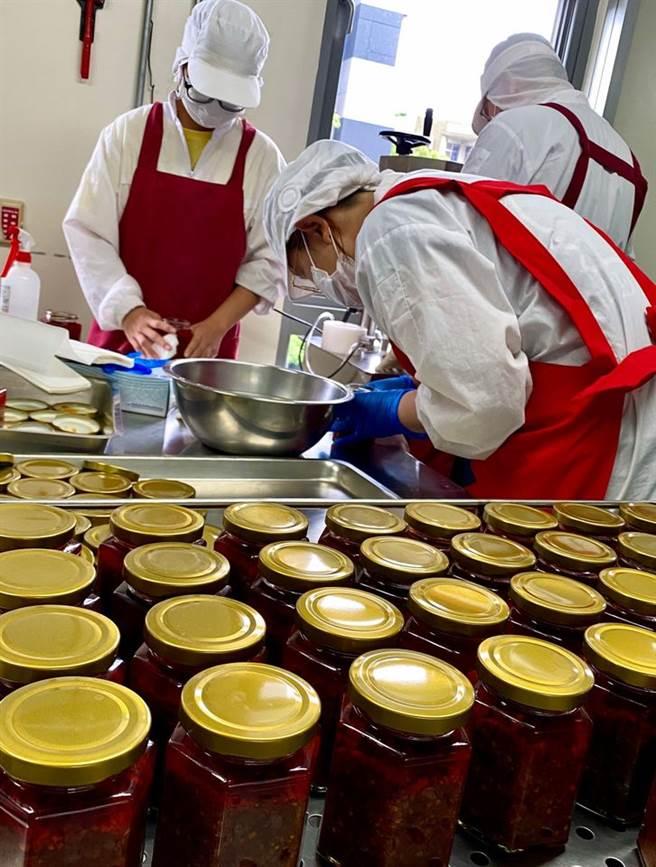 勝利廚房製作辛甘醬。頂新和德文教基金會提供