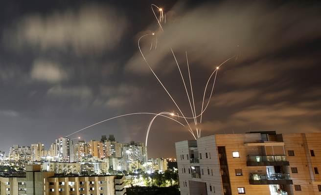 以色列「鐵穹」防禦系統5月12日在南部濱海城鎮阿什克隆(Ashkelon)攔截飛彈留下的光影。(路透)