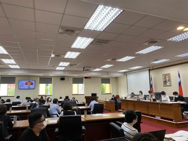 立法院經濟聯席會今(13)日審查「農民健康保險條例第7條及第23條條文修正草案」等14案。(李柏澔攝)