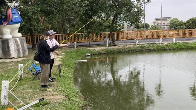 寶熊漁樂碼頭結合伊甸心田花園池塘,推廣實體釣魚活動。(王文吉攝)