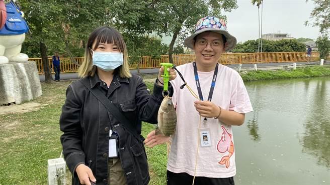 寶熊漁樂碼頭推廣實體釣魚活動,伊甸心田花園池塘淡水魚非常容易咬餌。(王文吉攝)