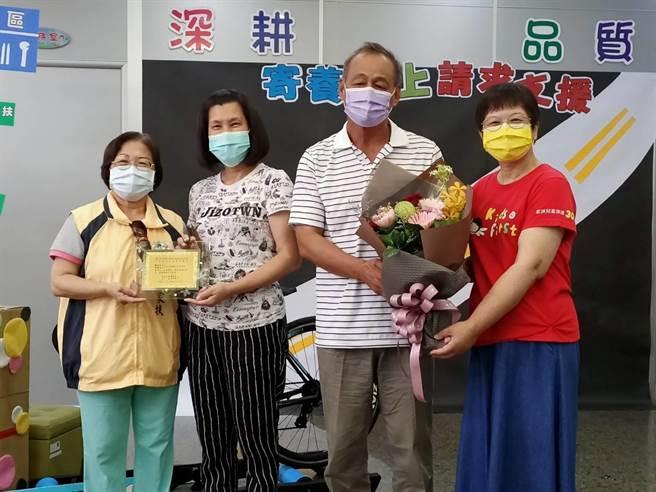 賴怡良(右二)、馮慧美(左二)夫婦擔任寄養家庭已15年,當了16個孩子的爸媽。(張毓翎攝)