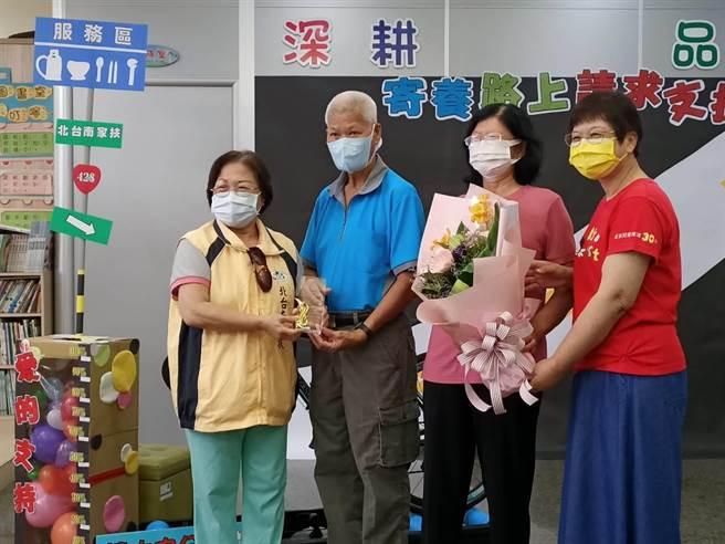 北台南家扶中心表揚榮退的寄家。(張毓翎攝)