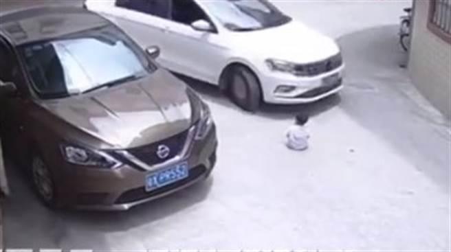 天兵媽將幼子放路中央 下秒遭車輾過 驚悚畫面曝光