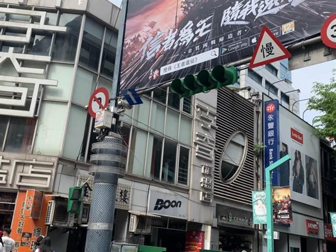 北市萬華區西門町也受興達電廠停機影響,交通號誌罷工,車流大亂。(圖/宋原彰攝)