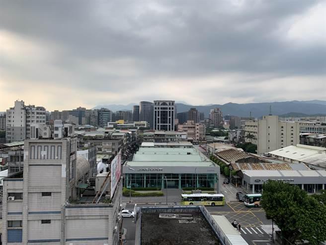 台北市南港地區多處停電,車廠內一片漆黑。(張立勳攝)
