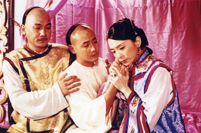 沈孟生以《貞女烈女豪放女》拿下金鐘視帝的榮耀。(左起)沈孟生、邱心志、潘儀君。(緯來戲劇台提供)