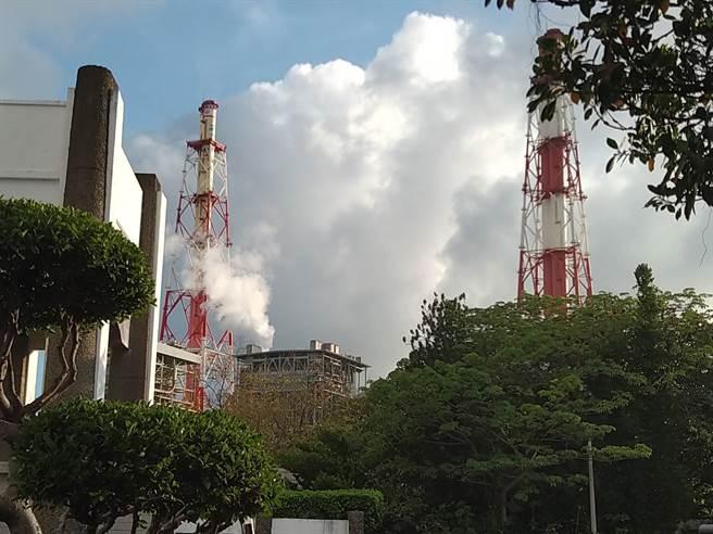 有民眾直擊該電廠的2座煙囪目前仍冒出濃密白煙與黑煙,不時還發出像是洩氣般「沙沙」巨響。(圖/記者林雅惠攝)