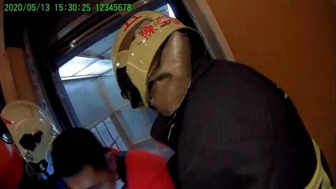 消防人員協助民眾從電梯脫困。(新北市消防局提供)