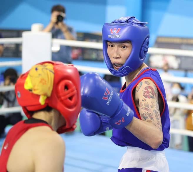 黃筱雯(右)在2021全大運女子拳擊第2量級摘金後,可以稍微放鬆一下,大啖比賽城市台南的知名美食。(運促會提供)