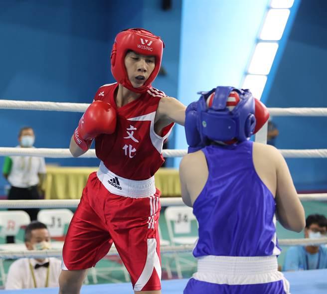 林郁婷(左)在2021台南全大運女子拳擊第5量級摘金,但不太滿意自己表現。(運促會提供)