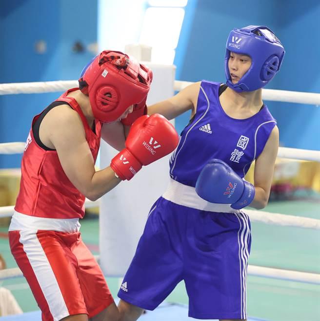 東京奧運女子拳擊國手吳詩儀(右),在2021全大運有精彩表現。(運促會提供)