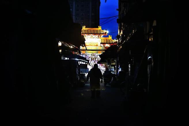 台北市萬華茶室女染疫,台北市長柯文哲下令所有茶室停止營業,13日三水街延伸出去的茶藝館整條空蕩蕩,只剩下等著消毒的店家,加上遇上大停電,顯得更冷清。(鄧博仁攝)
